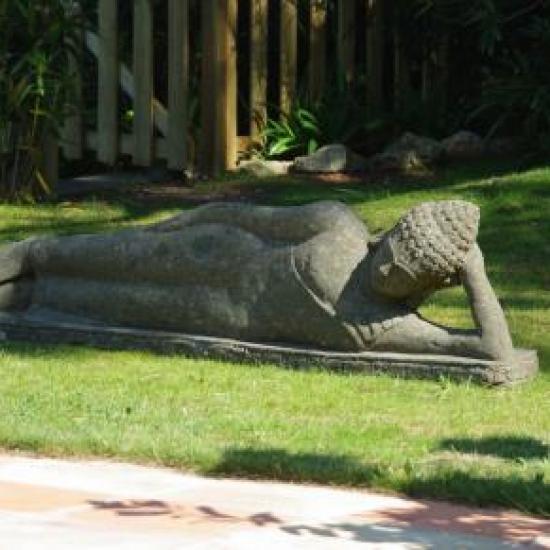 déesse couchée face à la piscine